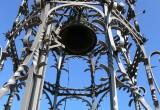 estructura metàl•lica a la qual hi ha subjectades dues campanes, obrades per Joan Dencausse a Barcelona l'any 1905